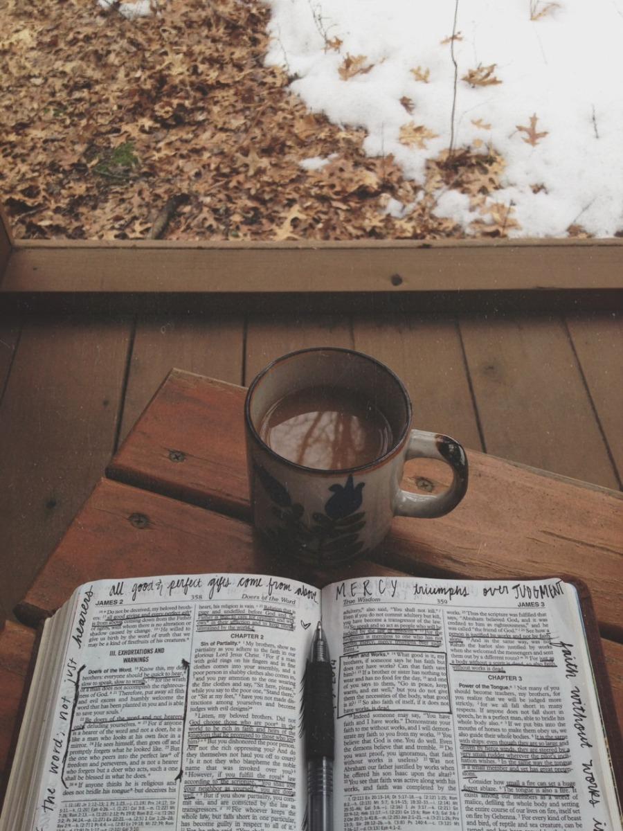 5 βιβλιαράκια για να σε βάλουν σε μουντ κουβέρτας, καφέ και χειμώνα